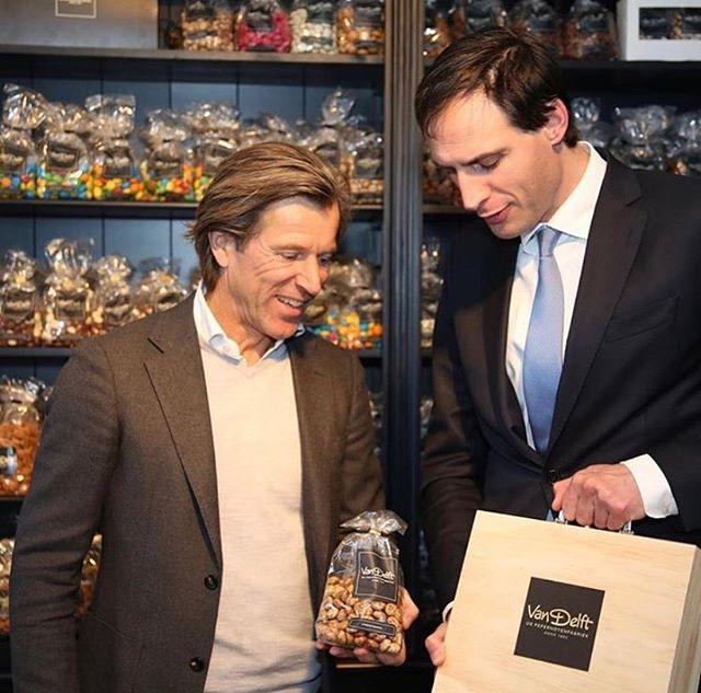 Houten kistje met logo - Van Delft Pepernotenfabriek