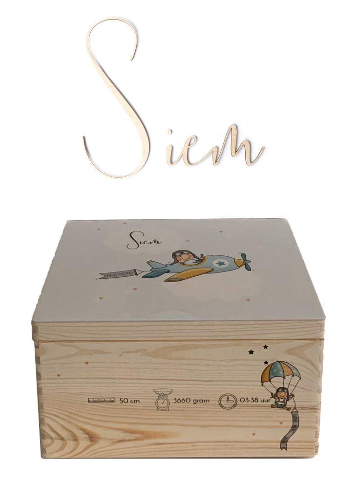Houten kist met geboortekaartje en naam - Siem