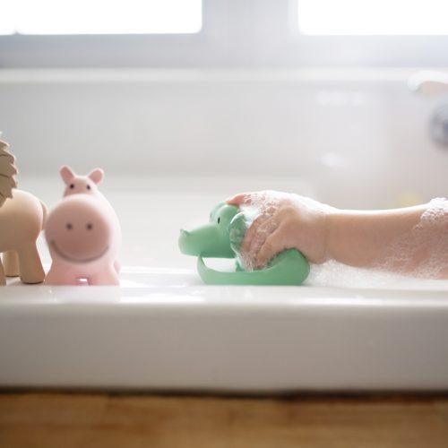 Tikiri mijn eerste zoodiertje op badrand met kindje 2