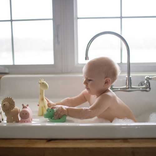 Tikiri mijn eerste zoodiertje op badrand met kindje